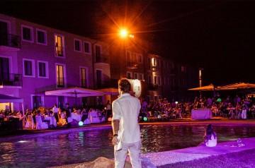 L' aperitivo in piscina di Hotel Parchi del Garda