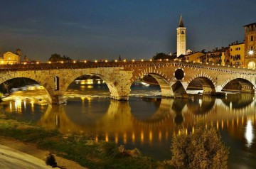 Ponte Pietra s'illumina