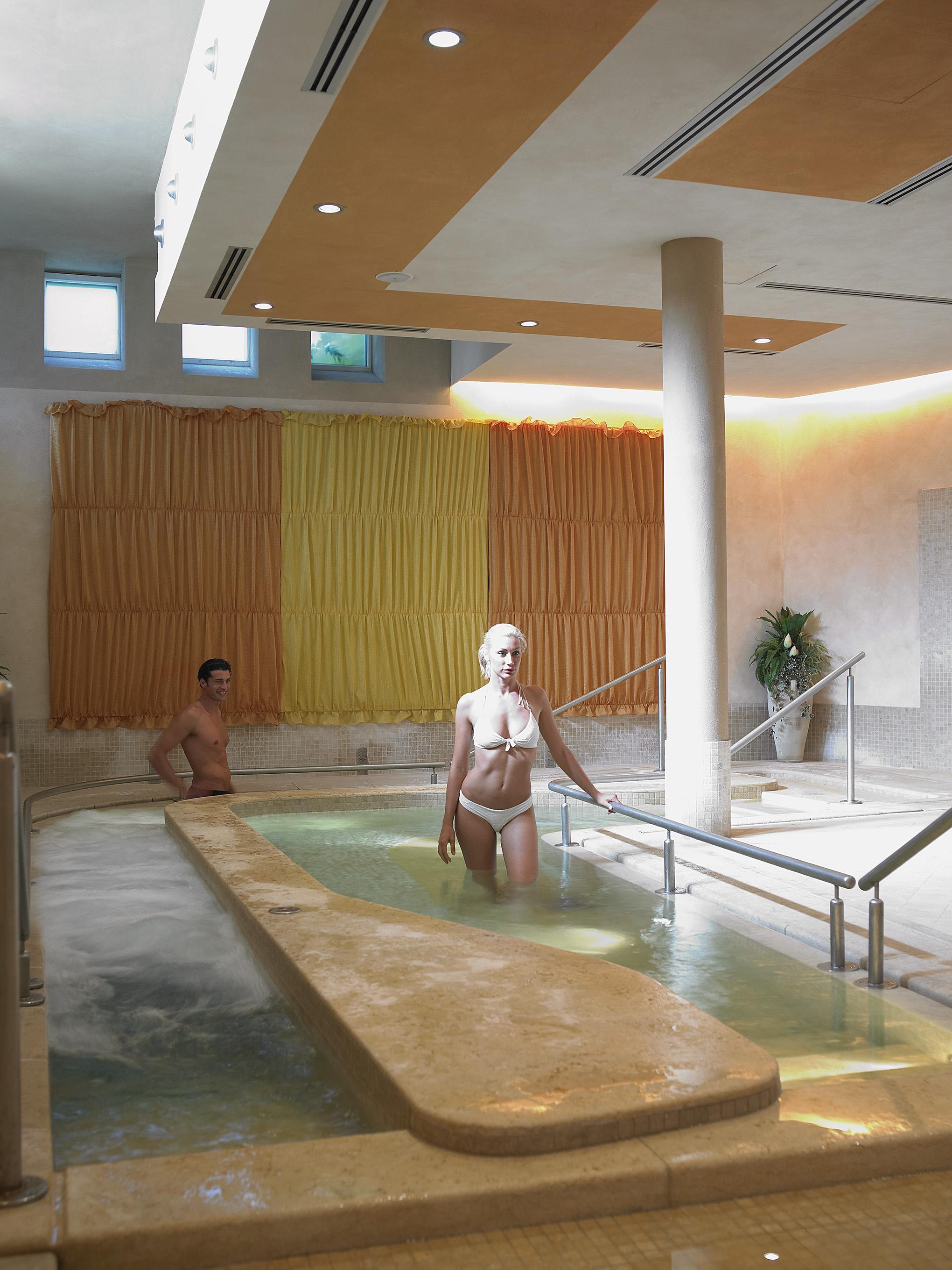 Spa per un giorno all 39 hotel caesius carnet verona - Hotel con piscina verona ...