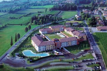 Hotel Parchi del Garda: business e relax a 500 m da Gardaland!